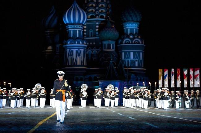 Moskou, International Military Music Festival, Rode Plein van 27 augustus t/m 9 september 2013 m.m.v. Marinierskapel der Koninklijke Marine en de Tamboers en Pijpers van het Korps Mariniers. foto: uitvoering van de show 'Sea of Songs' door de Marinierskapel der Koninklijke Marine, de Tamboers en Pijpers van het Korps Mariniers en Russische fakkeldragers.