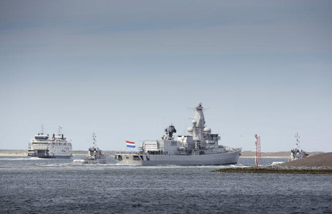Den Helder, 17 mei 2015 - De fregat Zr.Ms. Van Amstel vertrekt vanuit Den Helder voor ruim 4 maanden naar het Caribisch Gebied. Daar voert het schip onder meer counterdrugsoperaties en kustwachttaken uit. Aan boord zitten 160 bemanningsleden die worden uitgezwaaid door familie en vrienden. Het schip lost Zr. Ms. Zeeland af.